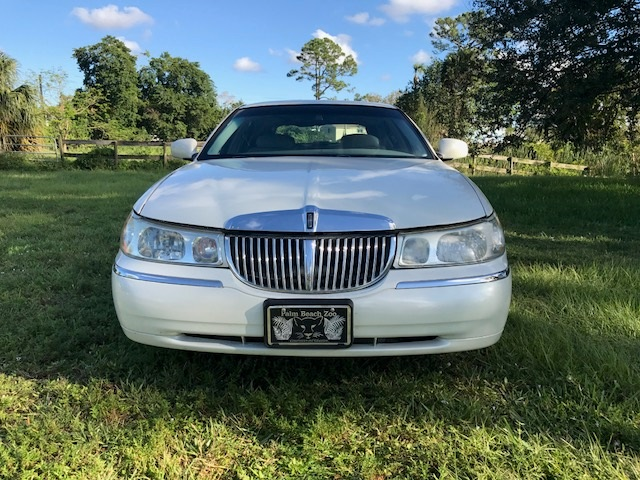 Photo View 2000 Lincoln Town Car Station Wagon